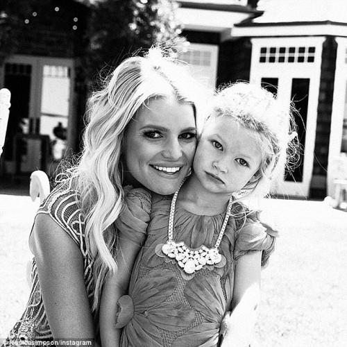 Джессика Симпсон с дочкой