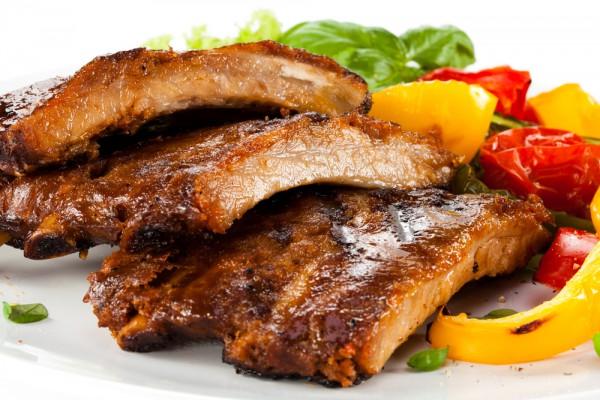 Подавай готовые ребрышки с овощным салатом