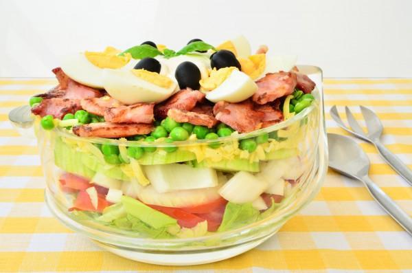 Слоеный салат на Новый год с беконом и зеленым горошком