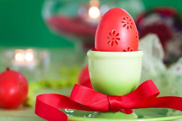 Используй нарядное сочетание красного и зеленого цветов в пасхальной сервировке