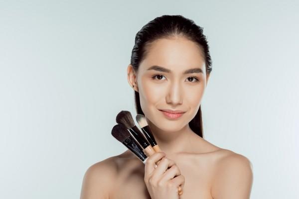 Выровнять тон кожи поможет консилер с легкой текстурой