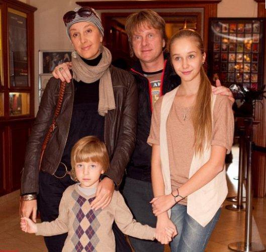С мужем Антоном Мухарским, дочерью и сыном