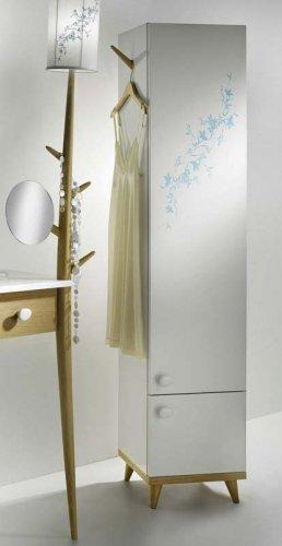 Светильник-торшер - продолжение ножки стола. Внешне он напоминает молодое деревце с побегами, которые также выполняют функцию вешалки. Кроме того, на светильнике прикреплено небольшое зеркальце. Из высокого шкафа для ванной также растет веточка, на которую удобно вешать одежду и банные халаты.