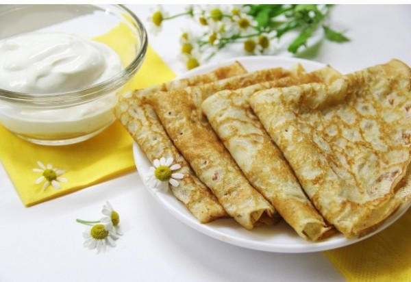 Подавай кукурузные блины с растопленным маслом и сметаной