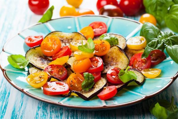 Салат из баклажанов с помидорами черри