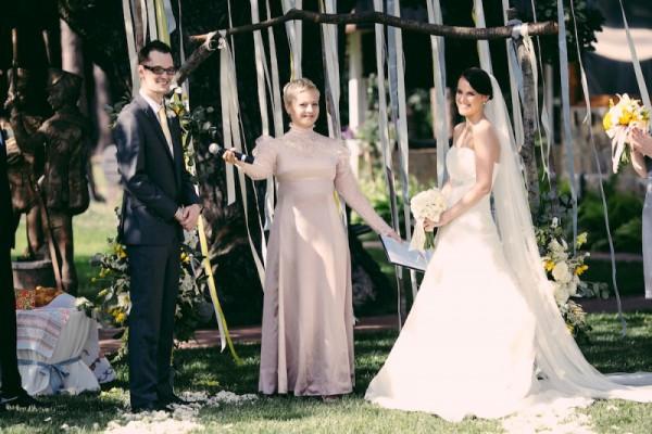 Вы можете зарегистрировать свой брак в ЗАГСе в будний день, после чего устроить торжественную церемонию на выезде в выходной
