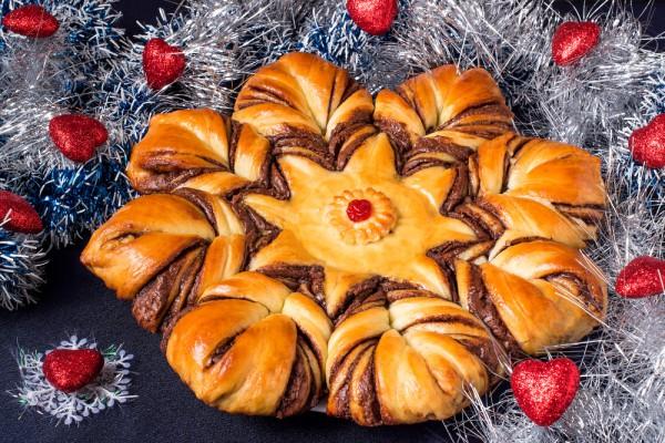Новогодний пирог в виде снежинки
