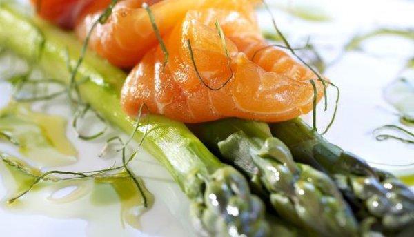 Рецепт                  Маринованная норвежская семга со спаржей под мятным соусом