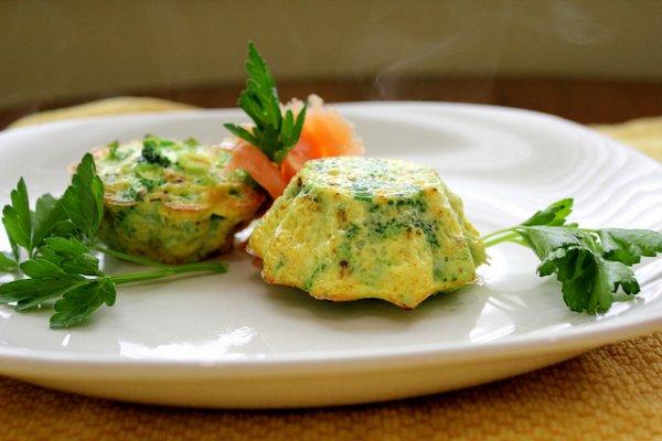 Яичные кексы с зеленью и сыром