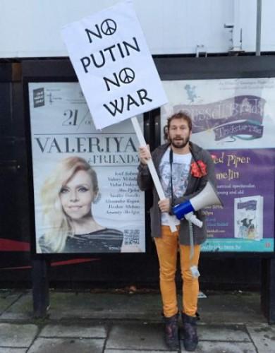 Миллионер Евгений Чичваркин на протесте перед концертом Валерии