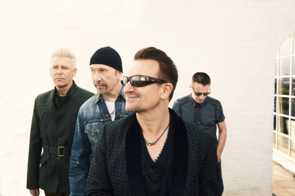 Музыкант U2 упал со сцены во время концерта