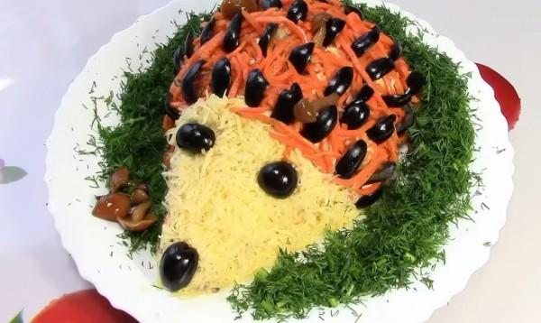 Новогодний салат Ежик из курицы и грибов