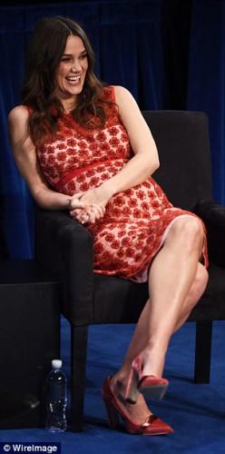 Кира Найтли подчеркнула округлившийся животик обтягивающим платьем