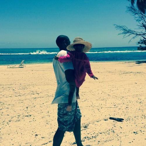 Джей Зи с дочерью отдыхают на пляже