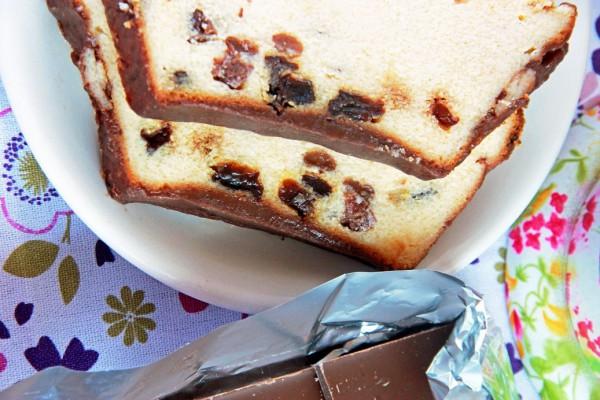 Львовский сырник обильно поливают шоколадной глазурью