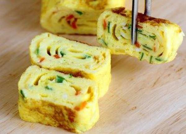 На завтрак: Яичный ролл с сыром и ветчиной