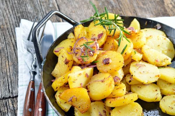 Жареный картофель станет вкуснее, если приготовить его с красным луком и розмарином