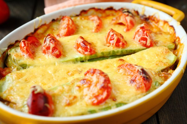 Кабачковая запеканка с томатами и орегано