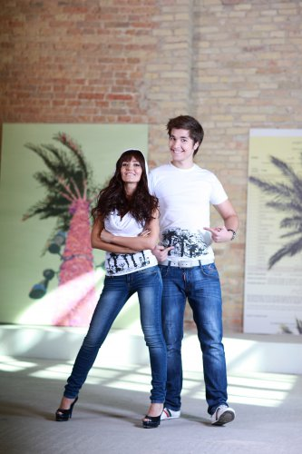 Группа Пара Нормальных в дизайнерских футболках с принтами по мотивам картин известного художника Олега Тистола
