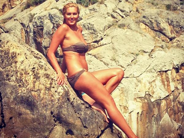 Яна Клочкова позировала в купальнике на пляже Гурзуфа