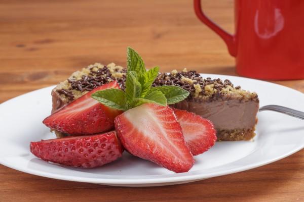 Шоколадный чизкейк без выпечки  Ингредиенты:  Для основы:  сахарное печенье – 100 г сливочное масло – 50 г шоколадно-ореховая паста – 75 г Для начинки:  маскарпоне – 250 г темный шоколад – 100 г сливки 33% – 150 г сахарная пудра – 2 ст.л. коньяк – 2 ст.л. шоколадная посыпка измельченное печенье