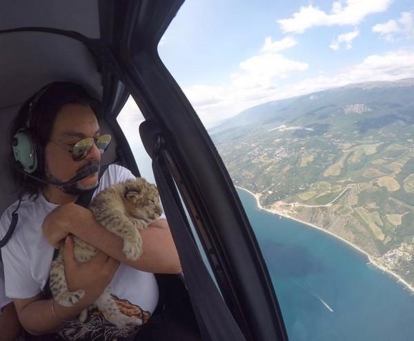 Филипп Киркоров летит на вертолете с животным