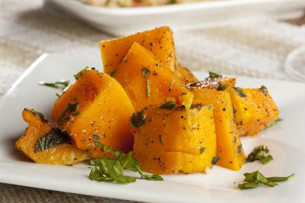 Сладкий картофель являются отличным источником бета–каротина, предшественника витамина А. Его недостаток может вызвать зуд и даже спровоцировать перхоть.