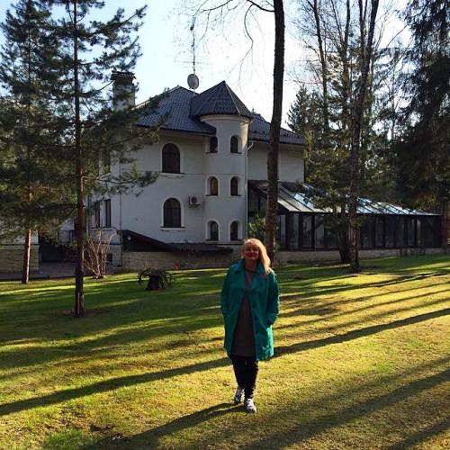 Оля Полякова показала свою маму и ее дом в Москве