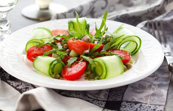 Новогодний салат из лосося и огурцов