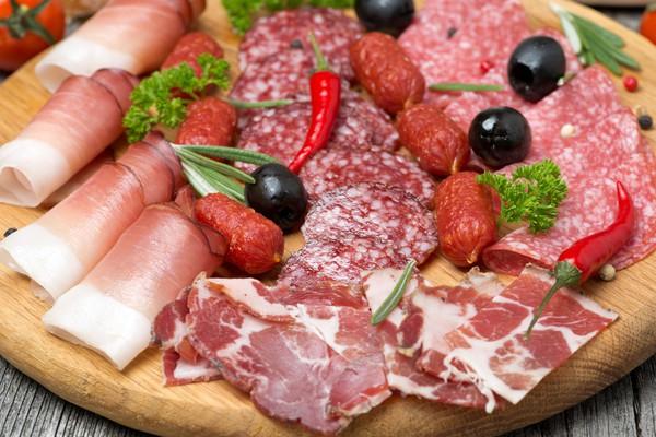 Мясная нарезка содержит много натрия