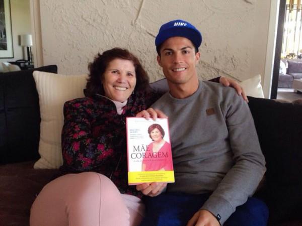 Криштиану Роналду со своей мамой Долорес Авейру (слева)