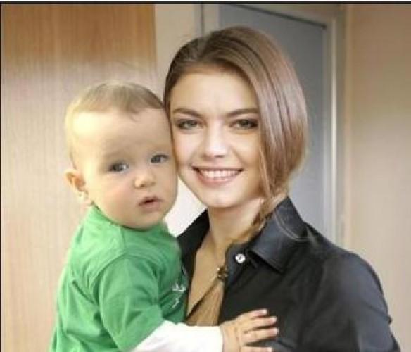 Алина Кабаева с ребенком, которого она, возможно, родила от Владимира Путина
