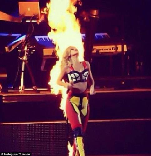 Одежда Рианны загорелась во время концерта