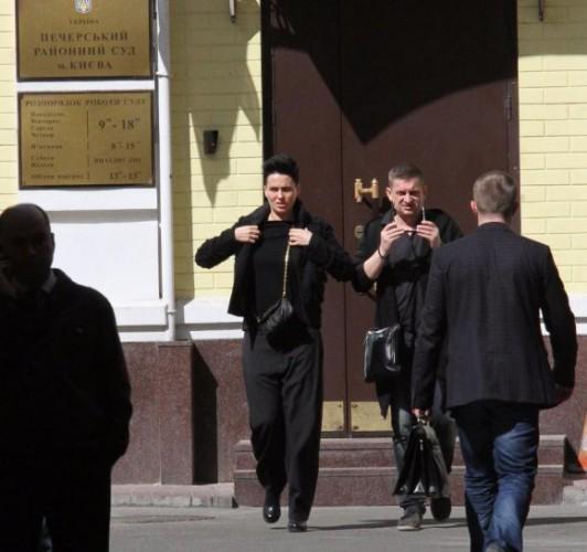 Даша Астафьева у здания суда.