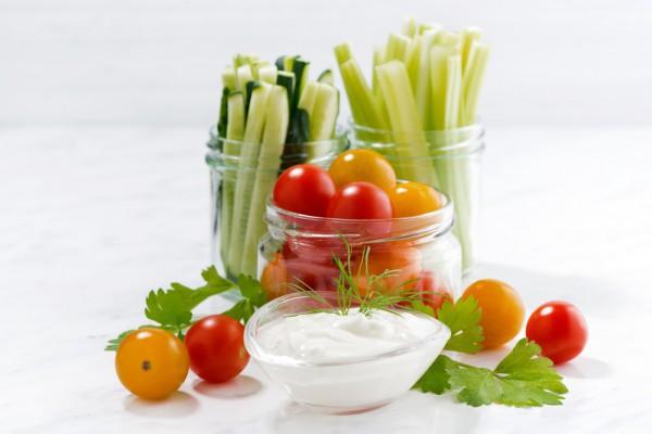 Грецький йогурт і свіжі овочі