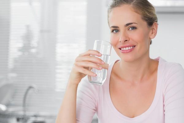 Теплая вода полезна не только по утрам, но и вечером