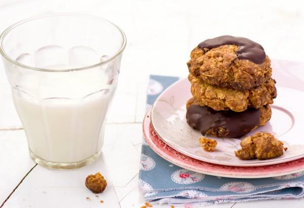 Подавай овсяное печенье вместе с молоком или какао