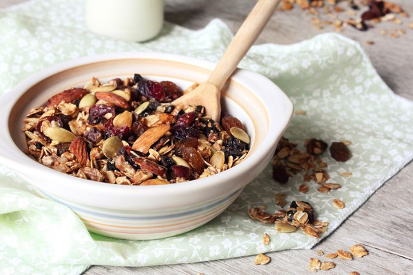 Гранола содержит много калорий за счет сухофруктов и меда