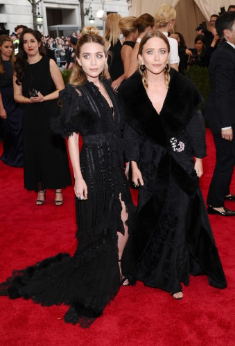 Эшли Олсен (слева) во время последнего своего выхода в свет выглядела похудевшей на Балу института костюма Met Gala 2015 (05.05.2015)