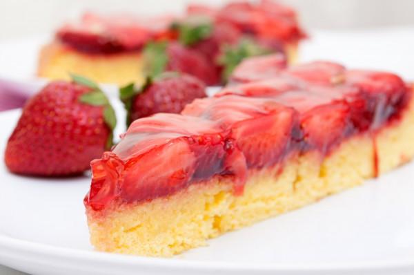 Рецепт                  Бисквитный пирог с желе и клубникой