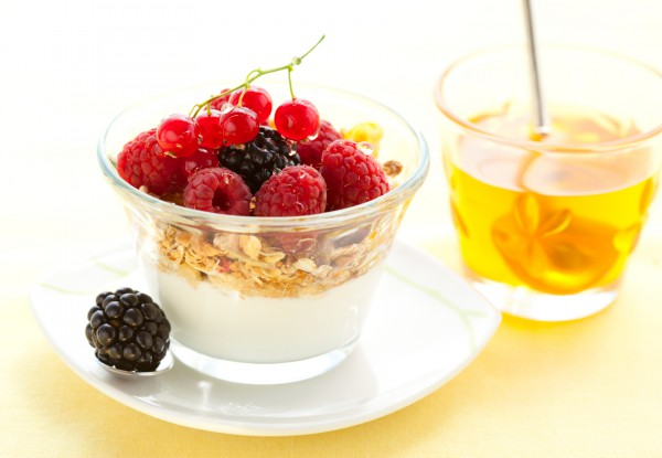 Гранола с йогуртом и фруктами