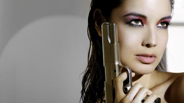 Ради съемок в фильме о Бонде Беренис Марло научилась держать пистолет