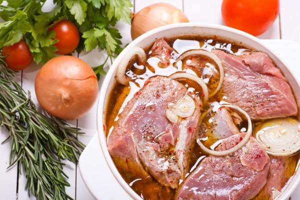 Мясо для шашлыка должно мариноваться 10-12 часов