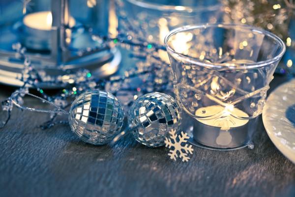 Новогодняя сервировка в серебристо-синих тонах