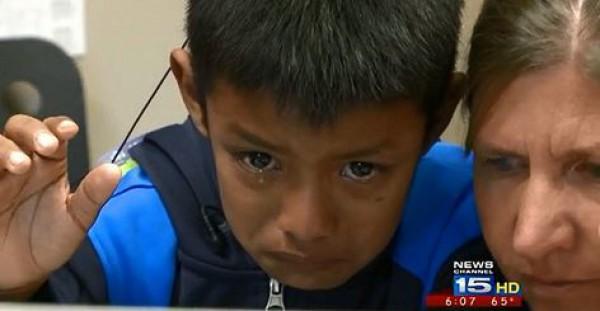 Семилетний глухой мальчик расплакался после того, как впервые поговорил со своей семьей по Skype