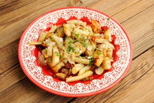 Жареный картофель с вешенками и луком
