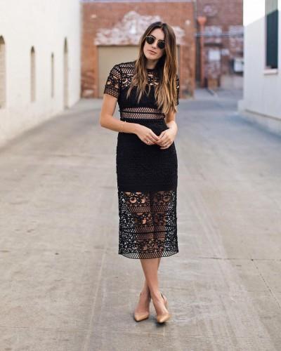 Маленькое черное платье и нюдовые лодочки