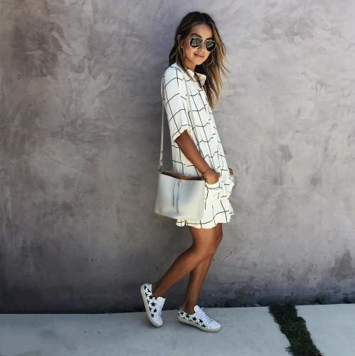 Свободное платье в сочетании с кроссовками