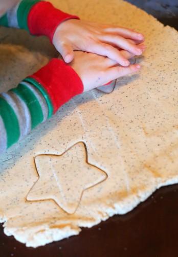 В тесто можно добавить специи или мак