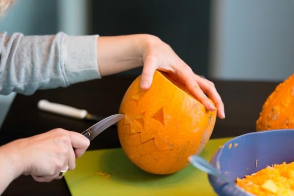 С помощью короткого острого ножа аккуратно вырезать рожицу Джека-фонаря.